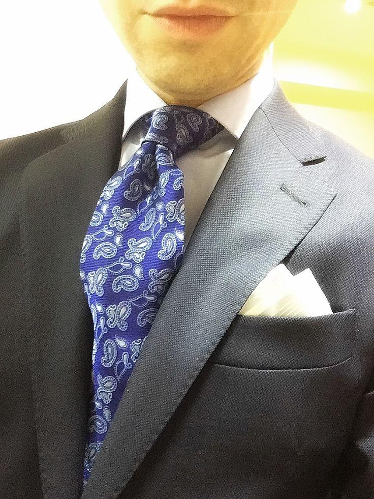 Corbata cachemir, pañuelo azul. Detalle cachemir a juego con pañuelo