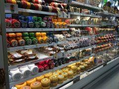 チーズ好きにはたまらない アムステルダム空港のお土産屋さんにいっぱいチーズが売ってたー やっぱこっちは空港の中でも結構安くていいなー  #オランダ #アムステルダム空港 #お土産売り場 #チーズ #いっぱい #全部欲しい #食べたい #世界を股にかける #タイ政府認定 #タイ古式 #マッサージ #マタニティ #セラピスト #ティーチャー #インストラクター #講師  #資格取得 #キョーコ #参上 #プレジデントバンク tags[海外]