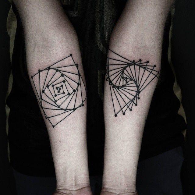Геометрические татуировки турецкого художника Окана Учкуна
