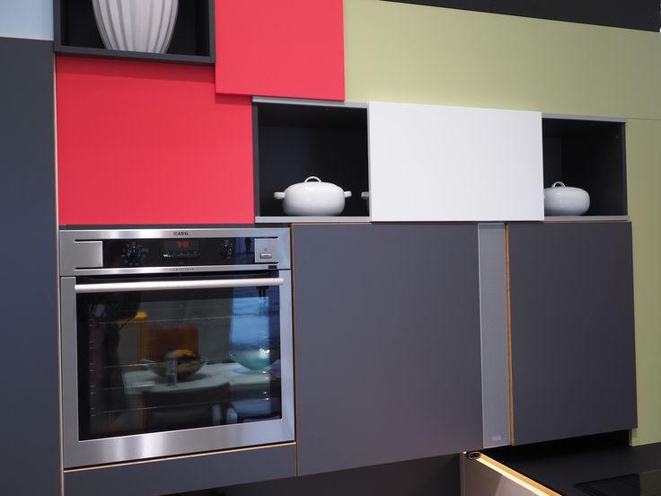 Liukuprofiiliovi, piilota tai näytä hyllysi sisältöä. Kaapistossa integroituna Sound Unit langaton bluetooth kaiutin. #asuntomessut2016 #keittiömaailma #keittiö #kitchen #sisustus #soundunit