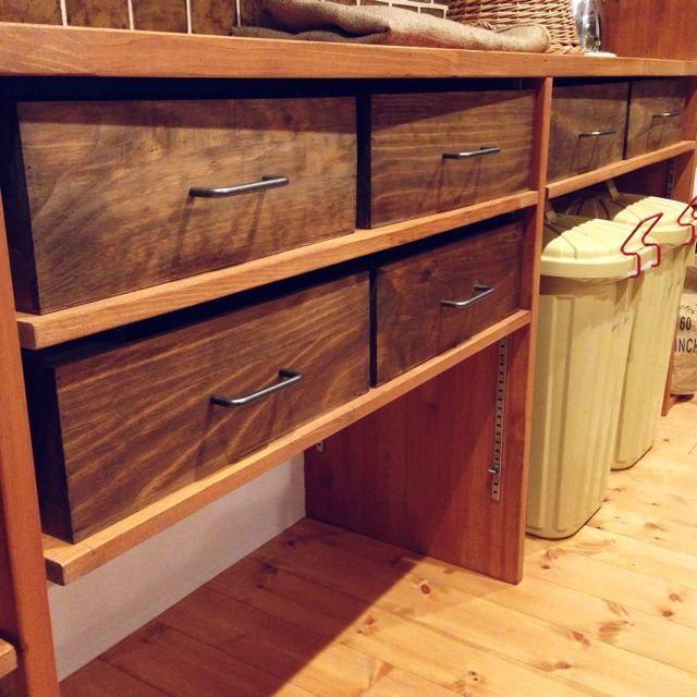 女性で、3LDK、家族住まいのゴミ箱/男前/新居/男前化計画/ワトコオイルダークウォルナット/取っ手…などについてのインテリア実例を紹介。「キッチン背面の造作棚、食器がごちゃごちゃしすぎて収集つかなかったので作りました。うん、スッキリ♡」(この写真は 2014-07-13 18:28:17 に共有されました)