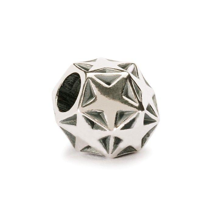 """Il dodecaedro, il poliedro con dodici facce, è celebre come """"forma perfetta"""" per la sua armonica geometria. Questo beads, caratterizzato da dodici facce, allo stesso tempo quadrate e rotonde, con dieci stelle a cinque punte, rievoca in tutto e per tutto una notte stellata. Prova a giocarci e potrai ammirarla proprio sul tuo bracciale."""