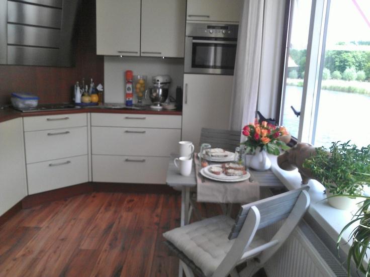 Ontbijten met uitzicht op het bos /  A small breakfast set added to the kitchen