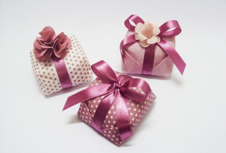 Bolinhos bem casados para lembranças de aniversários, casamentos, nascimento... <br> <br>Tradicional: <br>Valor* de R$2,00 a unidade. <br> <br>*Recheio de doce de leite e embalagem tradicional de papel crepom e fita de cetim. <br> <br>Fazemos à seu gosto, forma, embalagem e decoração do bolo sob encomenda! <br> <br>Outros sabores preço sob consulta. <br>Tabela de Sabores e Preços**: <br> <br>-Doce de Leite. ------------- R$ 2,00 <br> <br>-Doce de Leite com Coco. ------- R$ 2,00 <br…