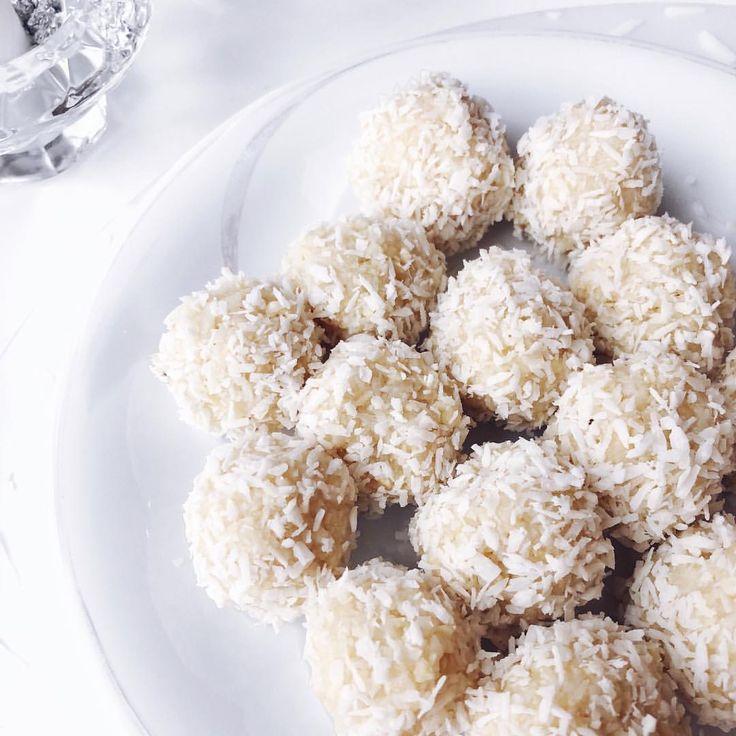 Blissballs #fat #bliss #balls recept; 1 dl mandlar 1 dl cashewnötter 2 msk honung 2 dl kokosflingor 1 citron - Mixa nötter, blanda i sötning/sirap och kokos. Pressa i citronsaft och rivet skal. Forma bollar och rulla i riven kokos!