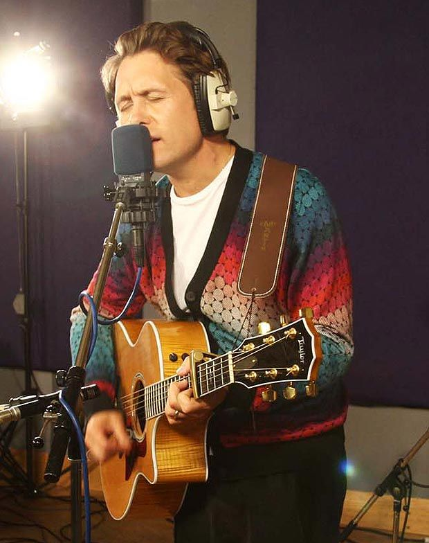 Mark popped into The Sun studios last week to perform a stripped down version of Stars, plus his 2003 solo tune Four Minute Warning and a cover of TAKE THAT's Shine