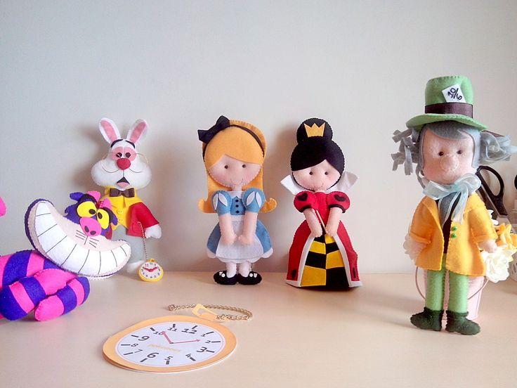 Personagens em feltro do tema Alice no País das Maravilhas. <br> <br>Confeccionados em feltro e todo costurado a mão. Peças com tamanho aproximado de 25cm, podendo variar para mais ou menos. Consulte agenda.
