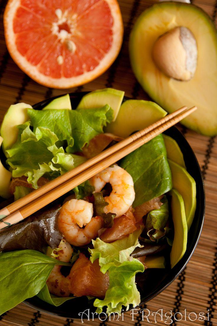 Insalata con gamberetti, pompelmo rosa e avocado