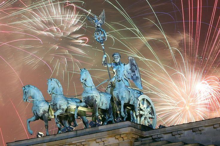 Fuegos artificiales para celebrar la llegada del nuevo año en la Puerta de Brandenburgo, en Berlín. | Adam Berry/Getty Images.
