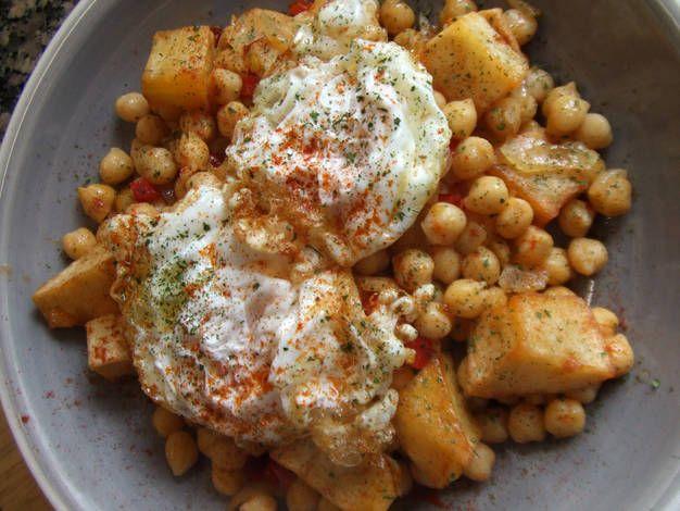 Garbanzos con patatas y huevos fritos al pimentón picante