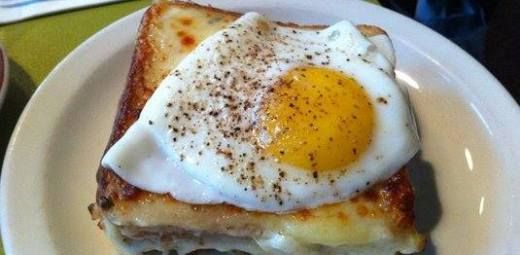 Croque Madame is 'n traditionelel Franse bistro gereg wat vir ontbyt of ligte ete saam groen slaai voorgesit word , 'n pan geroosterde ham-en-kaas toebroodjie, met 'n gebakte eier…
