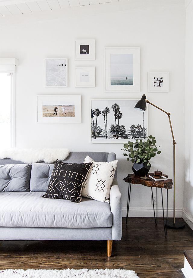 Seguro que más de una vez os habéis planteado poner una bonita composicoón de fotos en casa porque es un recurso muy socorrido, y muy asequible, para darle estilo a una estancia. Y además es una de la
