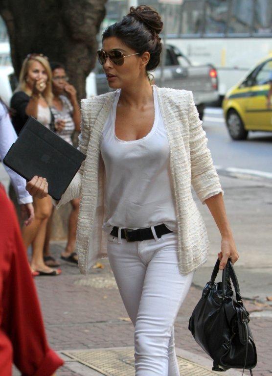 Juliana Paes passeia por Ipanema com look despojado...
