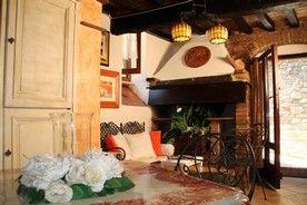 La casa vacanza La Piazzetta del Borgo sono due appartamenti ricavati da un vecchio colombaio del 1200. Finito di essere ristrutturato nel 2013 raccoglie già decine di clienti innamorati della loro cura e particolarità  che offrono un rifugio per relax e intimità per amanti delle belle cose e dell'arte. La piazzetta Sant'Andrea fa da cornice ai due appartamenti dove affacciano e i clienti possono sorseggiare dell'ottimo vino Umbro in assoluta tranquillità e relax. Sandro e Roberta