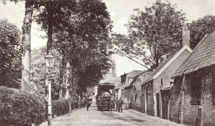 Voorschoten Schoolstraat toen deze opname gemaakt werd heten het toen Achterstraat.de stoomtram Leiden Den Haag werd omstreeks 1891 overgenomen door Maatschappij tot Explotatie van Tramwegen (MET) foto circa 1900.