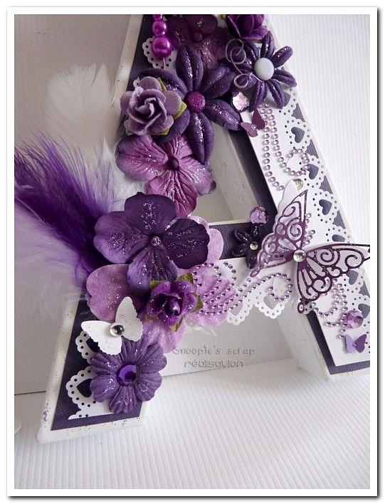 Bonjour, Maintenant que vous avez découvert le cadre ainsi que les stylos, voici leurs initiales décorées, assorties à leur livre d'or de mariage. Toujours dans les tons prune, violet & blanc, ...