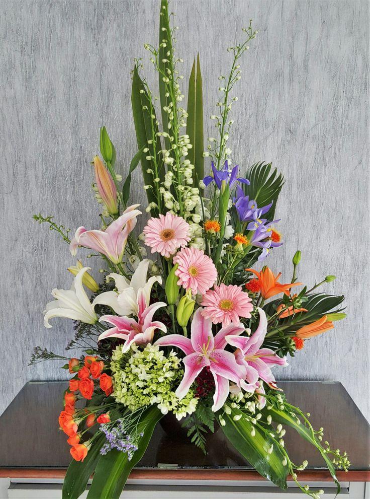 Detalle Floral Surtido  $595.00  Detalle en base tradicional con diseño floral y flor surtida de temporada.  Es importante hacerle saber, que al solicitar un arreglo,