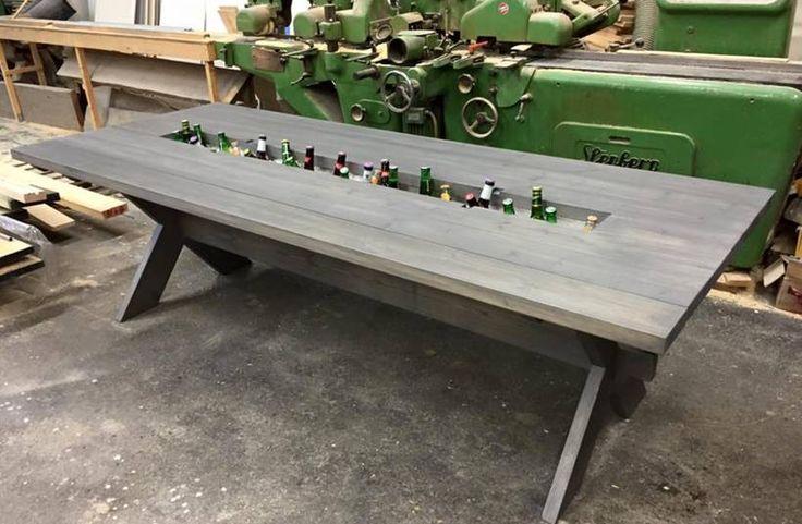 Det ligner et almindelig spisebord, men vent til han løfter den midterste planke | Dagens.dk