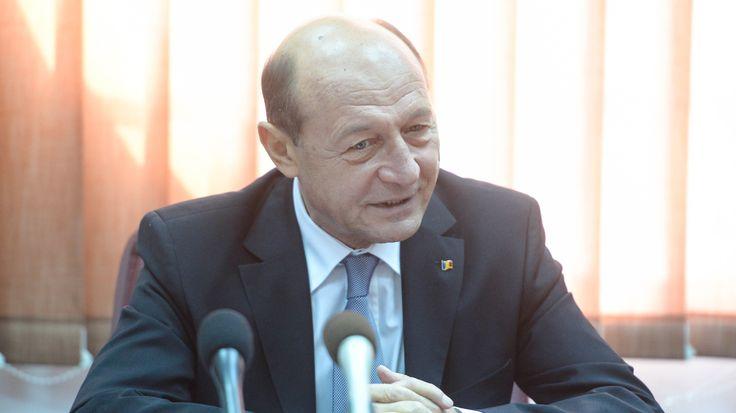 """Presedintele Traian Basescu îl ataca dur pe premierul Victor Ponta. Într-un comunicat remis marti de Administratia prezidentiala, Traian Basescu îi cere """"imperativ"""" prim-ministru Victor Ponta """"sa înceteze de îndata orice"""