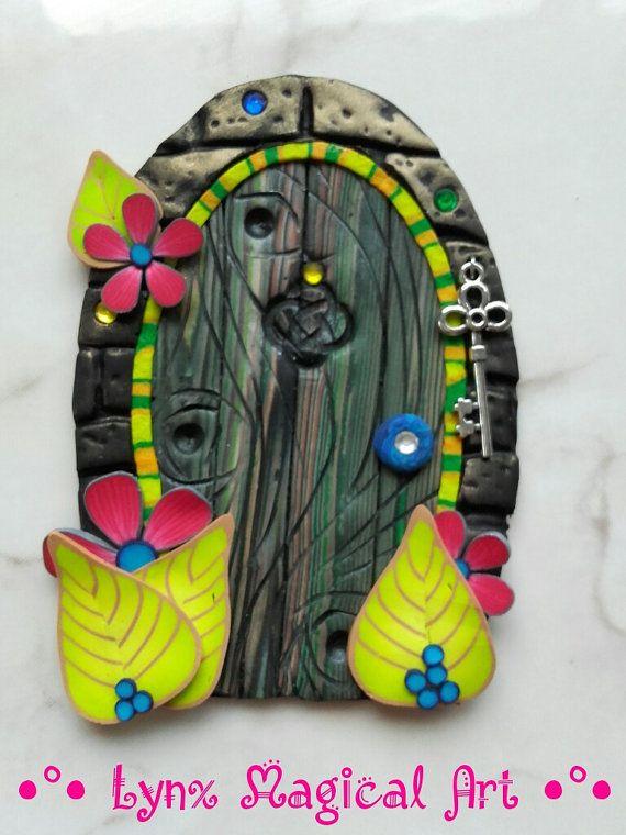Puerta de hadas, puerta magica de fantasía. Fairy door, magic door of fantasy. He encontrado este interesante anuncio de Etsy en https://www.etsy.com/es/listing/481375732/puerta-de-hadas-verde-con-flores-magenta