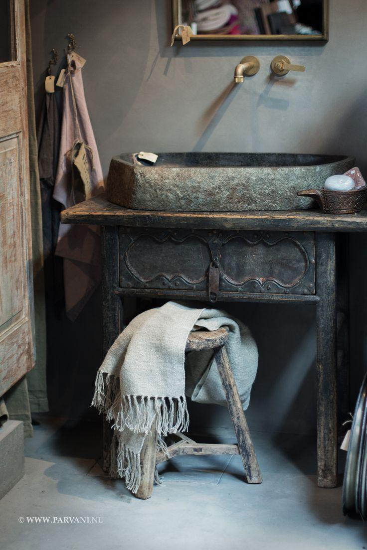 Parvani  Oude houten Chinese, wastafel, side-table, wandtafel, houtsnijwerk, zwart, patina. Waskom kei, steen. Krukje rond China. Shabby doek Hoffz.