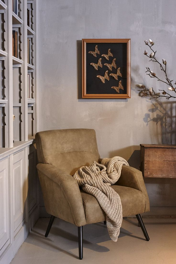 Mooi wonen is een kunst. Het vraagt om een creatieve artiest. De interieurstylisten van Mart weten wat kunst is. Landelijk wonen± schilderijtjes, stoel, boekenkast. www.martkleppe.nl