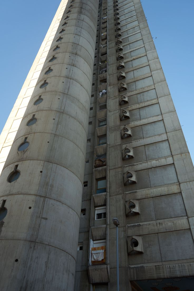 Seitliche Fassade mit den speziellen Fensterverkleidungen aus Beton, Genex-Turm (Zepter-Hochhaus), gebaut von Mihajlo Mitrović(1980), 8003 Belgrad,Serbien #Beton #Brutalismus #architektur #architecture #SRB #Serbien #Tošin Bunar #Beton