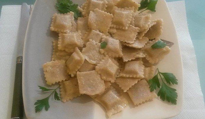 Равиоли с мясом сейтан http://iveg.info/ravioli-s-mjasom-sejtan/     Ингредиенты на четверых:  Для фарша: — 200 г. мяса сейтан; — 2 ст.л. оливкового масла холодного отжима; — 2 ч.л. сушёного шалфея; — 1/2 ч.л. чёрного молотого перца; — 1 ч.л. соли.  Мясо сейтан перекрутить в блендер
