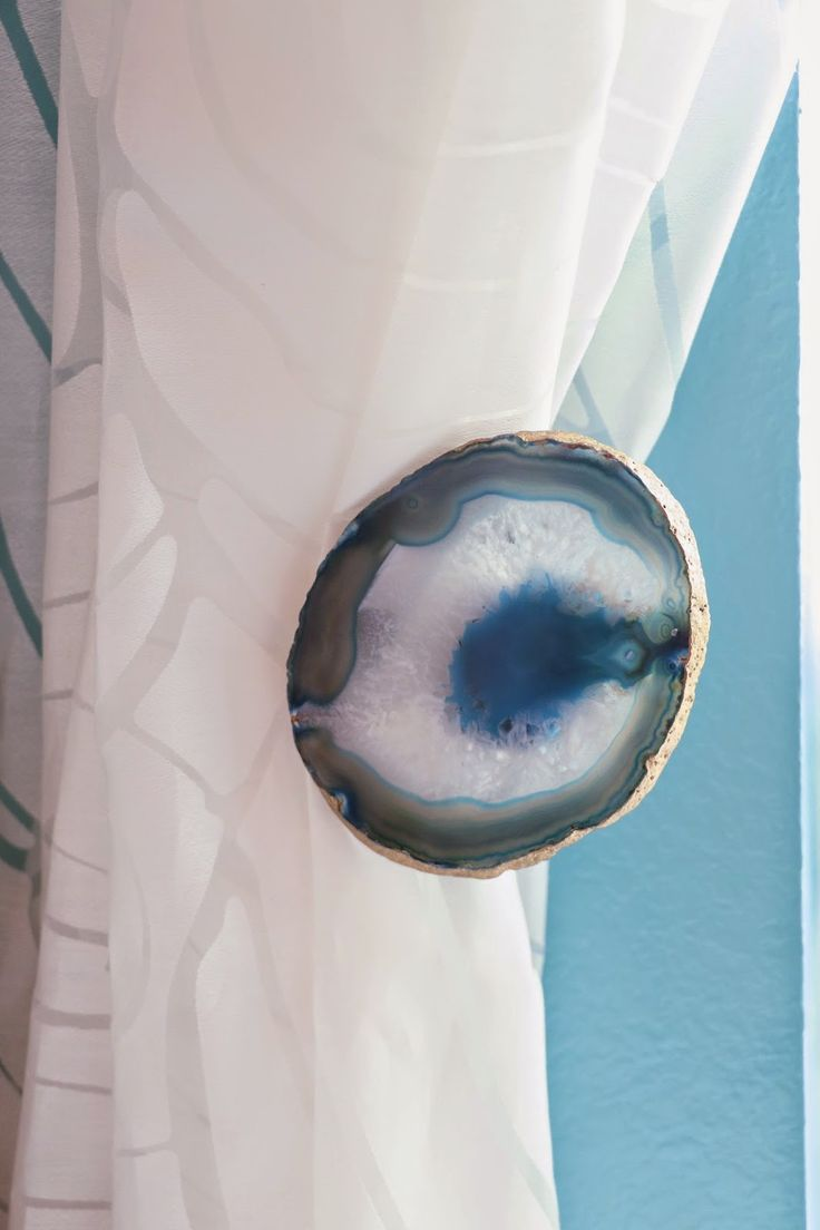 I don't know about you, but I am completely embracing the natural mineral trend in home decor. And what says that more than agate slices an...