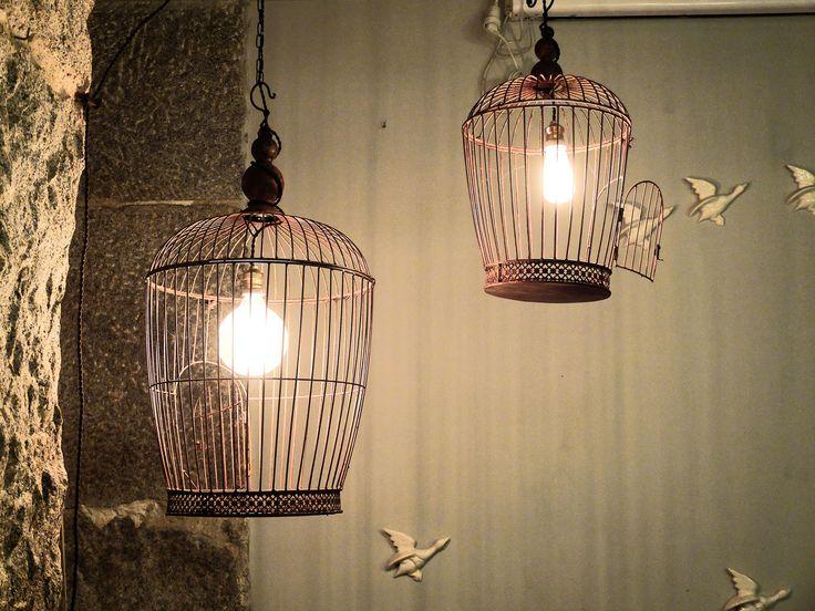 DEMOCRACIA:  Con este término, describimos la libertad de expresar nuestras opiniones de forma libre y que el resto de personas también lo hagan así.La imagen tiene dos jaulas con una bombilla encendida en cada una, en las que sus puertas permanecen abiertas y están saliendo pájaros volando. Nos refleja esa oportunidad de salir al exterior y viajar de forma libre, con información que circula constantemente y, con la posibilidad de que el resto de personas la conozcan y muestren sus ideales.