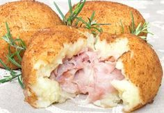 Le bombe di patate sono delle deliziose palline realizzate con purea di patate condita, ripiene di formaggio e prosciutto, croccanti fuori e morbide dentro!
