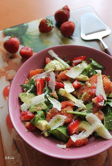 Салат из помидора, клубники и авокадо