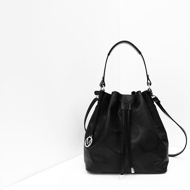 Edición Especial - Fall Winter 2015 PURO CUERO   HECHO EN COLOMBIA Bolso 8379. Disponible en nuestras tiendas.  #Marruecos1986 #RealLeather #Bags #HandMade #Trends #FW2015 #HechoenColombia #black #fashion #accessories #bucket #bucketbag