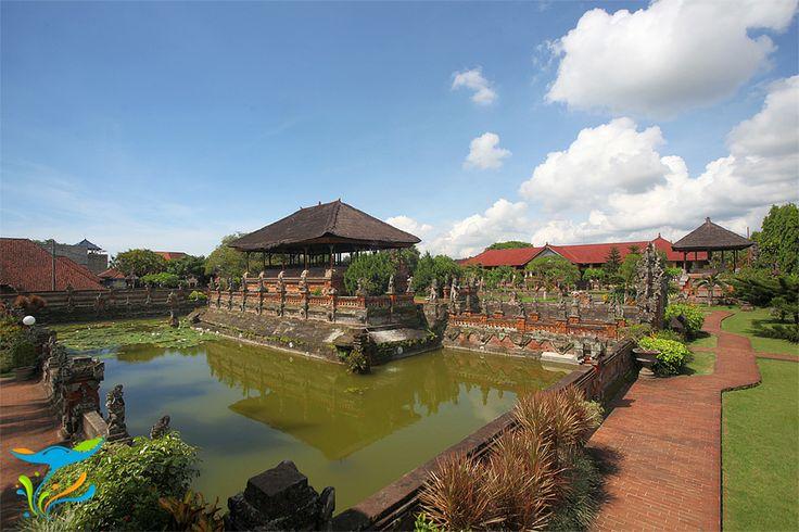 Taman Kerta Gosa secara keseluruhan dimana Bale Kambang yang terletak di tengah kolam menjadi titik pusatnya.