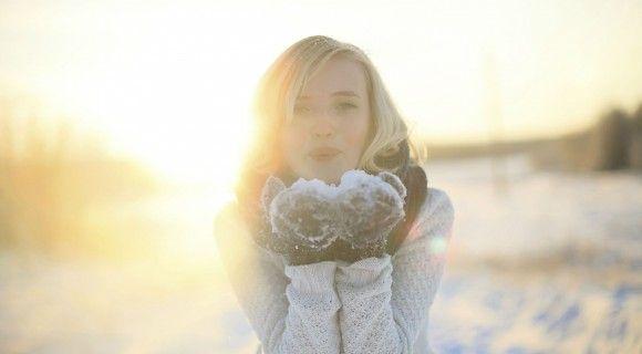 Talvella, kun ilma on kylmä ja muutenkin vaihteleva, kasvojen iho vaatii enemmän huolenpitoa kuin kesällä. Pakkanen saa ihon kuivumaan ja kiristelemään ikävästi, iho voi hilseillä ja posket punoittaa. Tässä muutama vinkki talvi-ihon hoitoon! #naturalskincare
