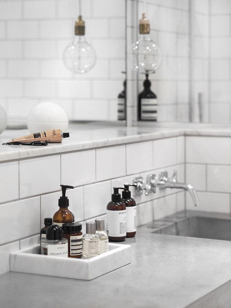 Samla tvålarna på en marmorbricka i badrummet