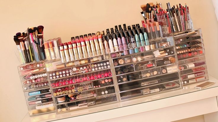 If I'm really, really good maybe Santa will bring me this entire room of makeup and the organizers to keep everything neat. :)