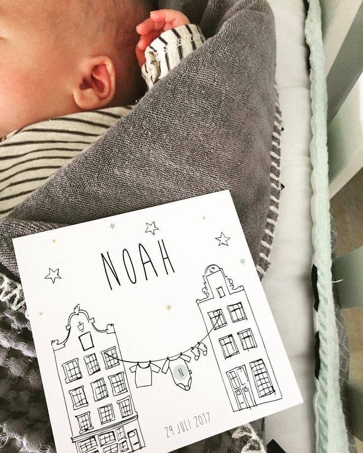 Lieve Noah met zijn toffe geïllustreerde hollandse geboortekaartje met amstersdamse huisjes. Wist je trouwens dat klanten ons gemiddeld een 9,5 geven? 🙌❤️ Bedankt voor de foto mama_amanda