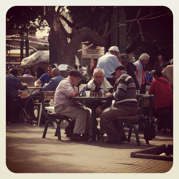 Los viejos porteños jugando ajedrez una tarde de domingo, plaza O'higgins Valparaíso