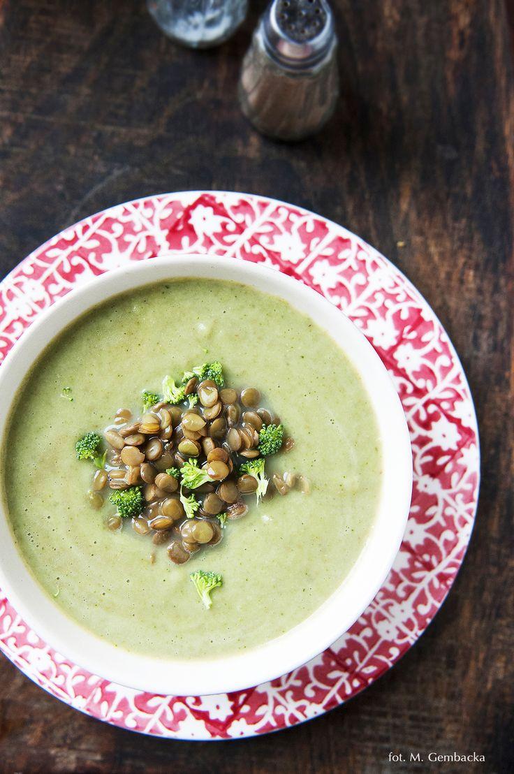 Za oknem robi się coraz chłodniej, a więc w naszym menu coraz więcej zup – gęstych, sycących i rozgrzewających. To moje must have na jesienno-zimowy czas. Tym razem zupa w roli głównej z bro…