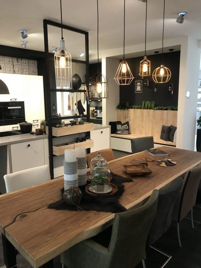 Cuisine style atelier. Table à manger en bois.