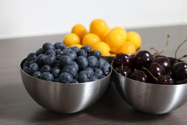 Blaubeeren, gelbe Pflaumen, Kirschen/ blueberries, yellow plums, cherries