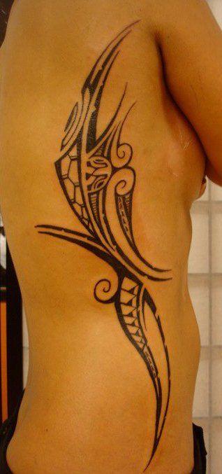 Tatouage Sexy pour Femme de côté à côté de son lateral droit affichant un dessin du type Maori Polyfusion fait avec des symboles et motifs from Samoa et Patutiki Marquisien Polynésien