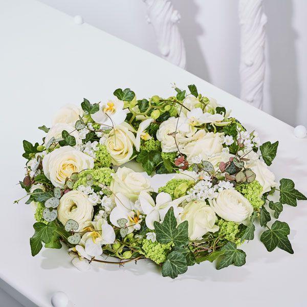 Krans laag Stijl. Rouwstukken, rouwboeketten en troostboeketten worden over het algemeen gestuurd door mensen, die niet tot de directe familie behoren. Door bloemen te sturen betuigt u op een gepaste manier uw medeleven aan de overledene of directe familie. Gemaakt door Afscheid met Bloemen.