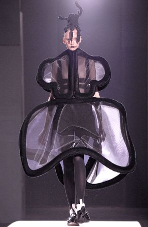COMME des GARCONS SHOWS | high fashion. 2015. SHOWS | high fashion. [ONLINE] Available at: http://fashionjp.net/highfashiononline/shows/brand/comme_des_garcons/. [Accessed 6 August 2015].