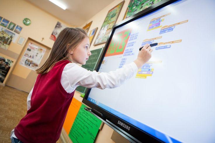 Co zrobić, aby szkoła dawała uczniom wiedzę i umiejętności potrzebne w rzeczywistości, która jeszcze nie istnieje? Pozwolić, aby jak najszybciej zaczęli kreować ją sami