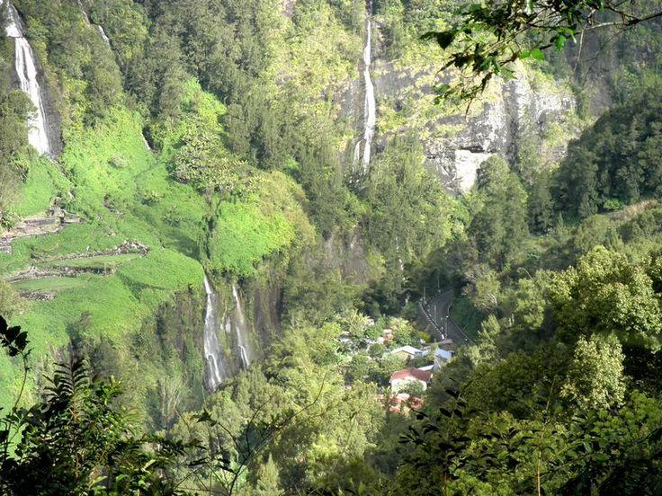 Zoek het dorpje... Watervallen in de Cirque de Salazie op Réunion