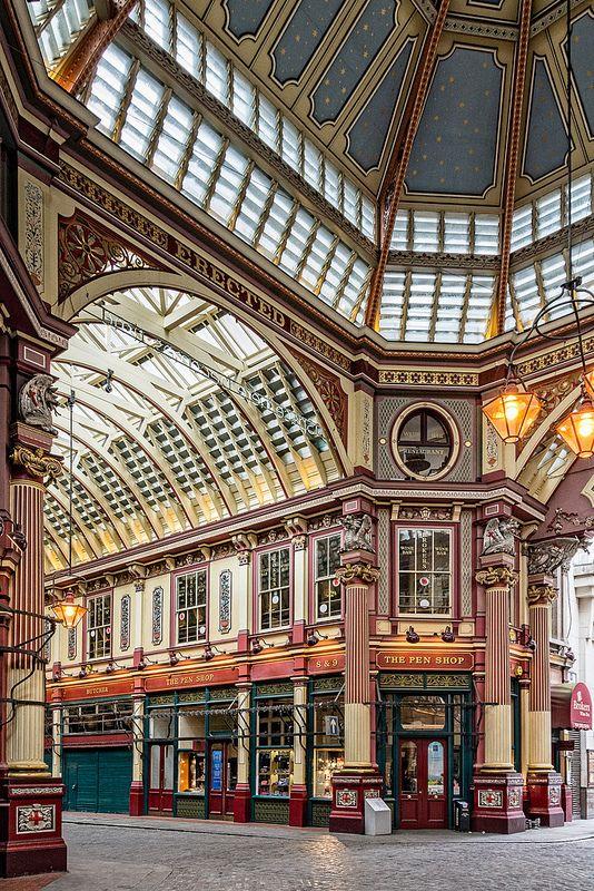 Leadenhall Market.  Aunque hubo aquí un mercado desde el siglo XIV, este data de 1881 y esta tal como lo vemos hoy en dia  desde la restauración que se hizo entre 1990 y 1991.  Precioso y chic, esta de moda entre los oficinistas que trabajan en la zona, ya que esta en plena City londinense.