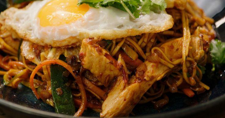 Jeroen gaat de Indonesische kant op met mie goreng ayam, een Indonesisch gerecht met gebakken noedels en kip.