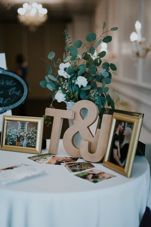 Cute wedding guest book table | Image by Emily Magers